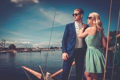 Stilfulla par på en yacht Arkivfoto