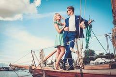 Stilfulla par på en yacht Royaltyfri Bild
