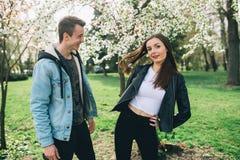 Stilfulla par på gatorna Royaltyfria Bilder