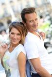 Stilfulla par som ut hänger i stad royaltyfri fotografi