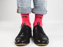 Stilfulla skor och roliga sockor Arkivfoton