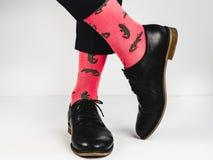 Stilfulla skor och roliga sockor Fotografering för Bildbyråer