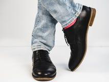 Stilfulla skor och roliga sockor Arkivfoto