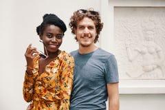 Stilfulla unga olika par som ser kameran fotografering för bildbyråer