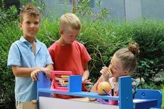 Stilfulla ungar som spelar skolan Utomhus- foto Utbildning och ungemodebegrepp Royaltyfria Bilder