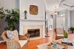 Stilfullt artistiskt ljust lyxigt hus för modern hem- ny inre vardagsrummöblemangsoffa royaltyfria bilder