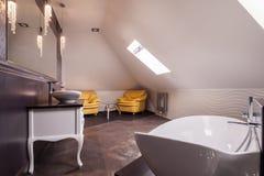 Stilfullt badrum i loften Arkivbild