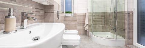 Stilfullt badrum med klassiska detaljer royaltyfria bilder