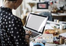 Stilfullt begrepp för idérik trend för designklänningmode Arkivbild