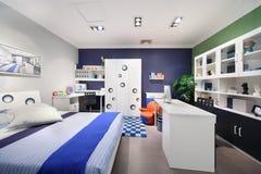 Stilfullt blått sovrum arkivfoto