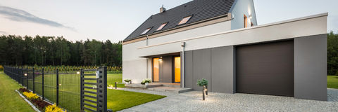 Stilfullt familjhus på tyst område arkivfoto