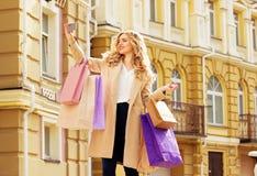 Stilfullt härligt blont hår som ler flickan med shopping som tar selfie på hennes telefon lycklig shopping Arkivbilder