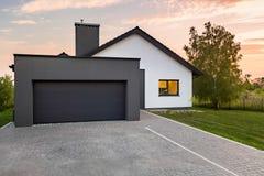 Stilfullt hus med garaget royaltyfri fotografi