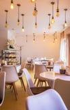 Stilfullt kafé i Druskininkai, Litauen, med abstrakta ljusa kulor, mycket bekvämt kafé, stilfulla ljusa kulor, April 25, 2017 royaltyfria foton