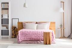 Stilfullt klassiskt sovrum arkivfoton