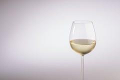 Stilfullt långt stemmed exponeringsglas av vitt vin Arkivfoto
