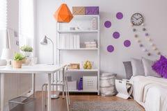 Stilfullt rum för kvinnlig student Arkivfoton