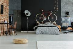 Stilfullt rymligt sovrum Royaltyfria Bilder