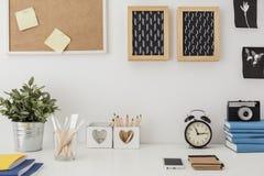 Stilfullt skrivbord med planlagd utrustning arkivfoto