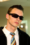 stilfullt solglasögonslitage för man arkivfoto
