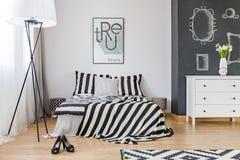 Stilfullt sovrum för kvinna` s royaltyfri foto