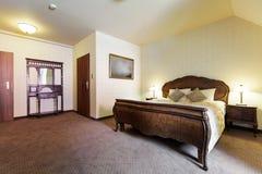 Stilfullt sovrum i retro design Arkivbilder