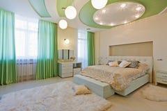 Stilfullt sovrum med Royaltyfri Foto