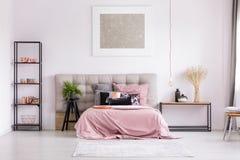 Stilfullt sovrum med metallisk design royaltyfria foton