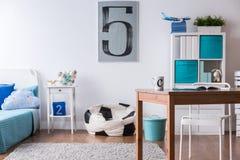 Stilfullt Blått Sovrum För Pojke Fotografering för Bildbyråer ...