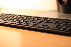 Stilfullt svart tangentbord på skrivbordet Royaltyfri Bild