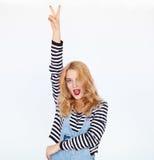 Stilfullt tecken för kvinnavisningfred med fingrar över vit bakgrund Royaltyfri Foto