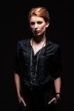 Stilfullt ungt posera för kvinnlig Arkivbild