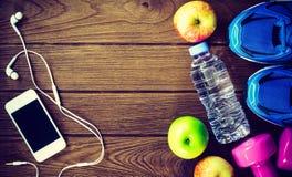 Stili di vita sani e attivi concetto, bottiglia di forma fisica, di acqua, Fotografia Stock Libera da Diritti