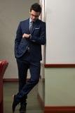 Stilig affärsman Checking Time On hans klocka Fotografering för Bildbyråer