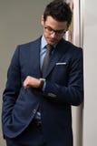 Stilig affärsman Checking Time On hans klocka Royaltyfri Fotografi