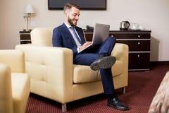 Stilig affärsman Enjoying Hotel Stay royaltyfri fotografi