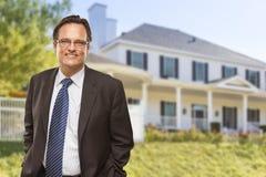 Stilig affärsman In Front av det trevliga bostads- hemmet Royaltyfria Bilder