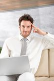 Stilig affärsman med att le för bärbar dator Royaltyfri Foto