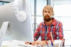 Stilig affärsman In Office royaltyfri bild