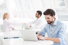 Stilig affärsman som arbetar i hans kontor arkivfoto