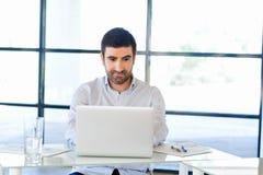Stilig affärsman som arbetar på datoren Royaltyfri Foto