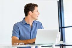 Stilig affärsman som arbetar på datoren royaltyfria foton