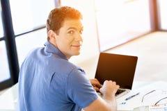 Stilig affärsman som arbetar på datoren royaltyfri fotografi