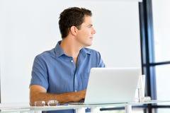 Stilig affärsman som arbetar på datoren fotografering för bildbyråer