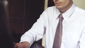 Stilig affärsman som arbetar på ett kontor Maskinskrivning för ung man på en bärbar dator långsam rörelse 3840x2160 stock video