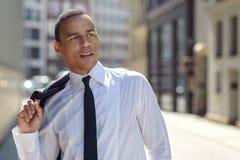 Stilig affärsman som går i en stads- gata Arkivfoton
