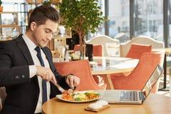 Stilig affärsman som har lunch Arkivbilder