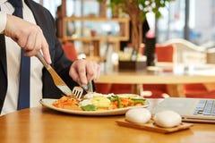 Stilig affärsman som har lunch Fotografering för Bildbyråer