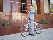 Stilig affärsman som rider en cykel på den stads- bakgrunden sund livsstil för begrepp kopiera avstånd Arkivfoto