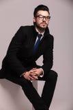 Stilig affärsman som ser upp Royaltyfri Foto